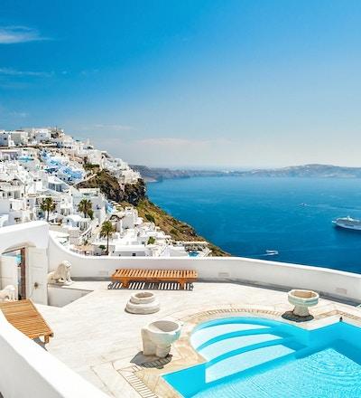 Hvit arkitektur på øya Santorini, Hellas. Svømmebasseng på luksushotell. Vakker utsikt over havet