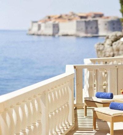Solstoler og kyst, Dubrovnik by i bakgrunnen