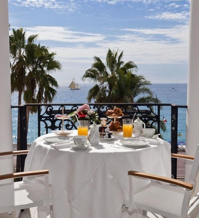 Frokost på terrasse med utsikt