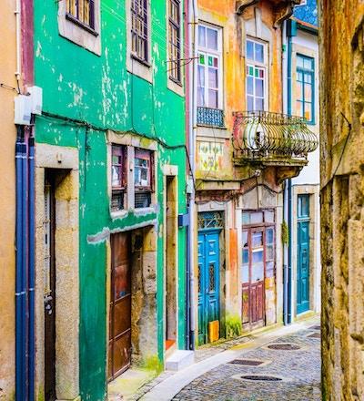 Eiendommelig bakgate i Porto, Portugal.