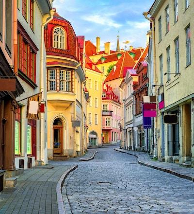 Smal gate i gamlebyen i Tallinn, Estland