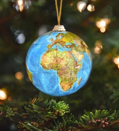 En vintage juledekorasjon som viser alle land i Europa og Afrika