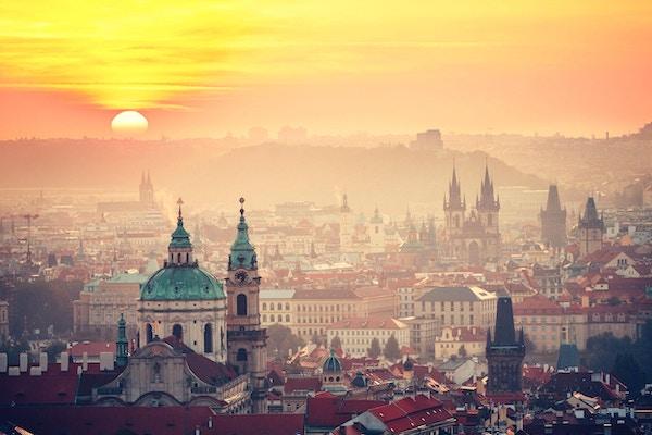 Bybilde av Praha i soloppgang - Tsjekkia