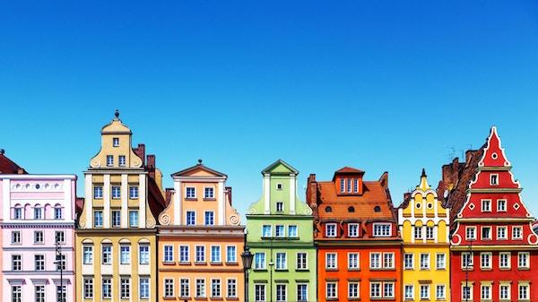 Naturskjønn sommerbakgrunnsvisning av de gamle klassiske fargeboliger eller huser arkitekturbygg med blå himmel i gamlebyen i Wroclaw, Polen