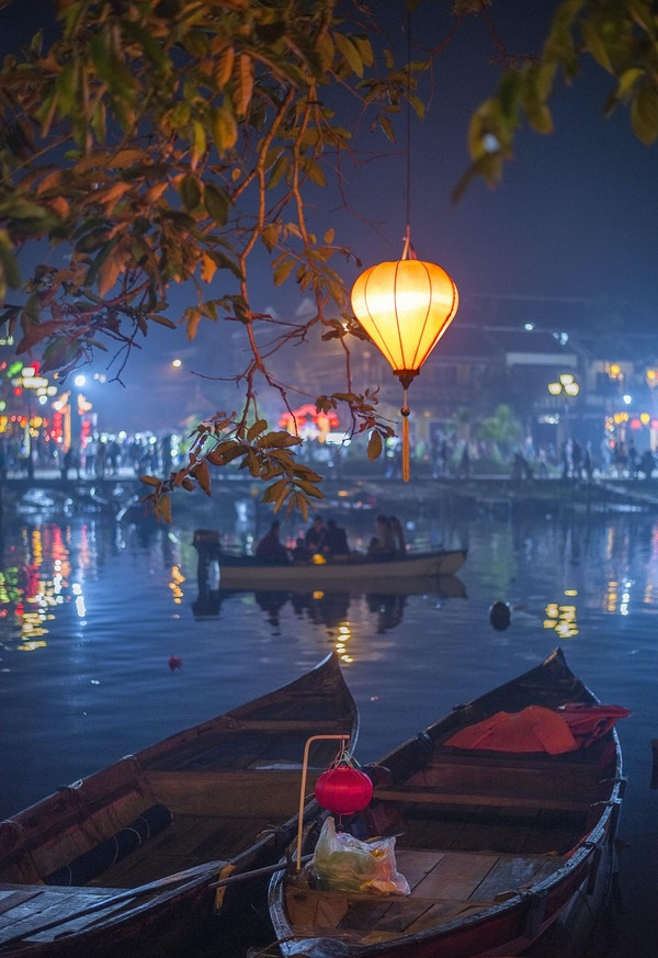Fargerike lykter lyser opp elvebredden i den pittoreske historiske byen Hoi An, Vietnam. Hvert år er denne populære turistbyen dekorert med fargerike lykter under Tet, det vietnamesiske nyttåret.