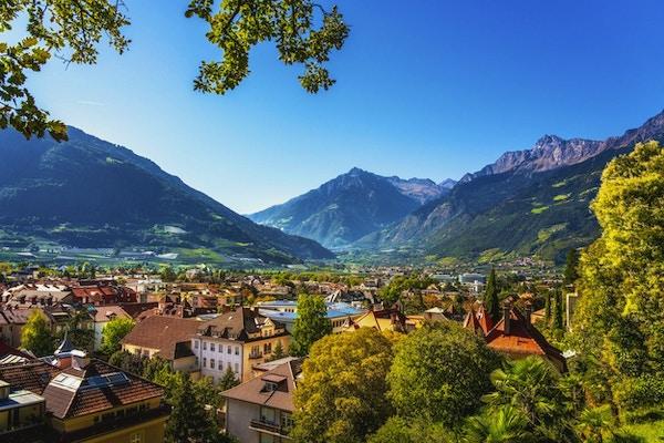 Merano med fjell i bakgrunnen, Italia.