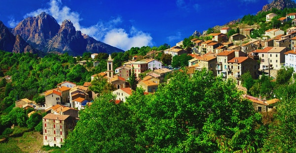 Landsby med fjell i bakgrunnen, Korsika.