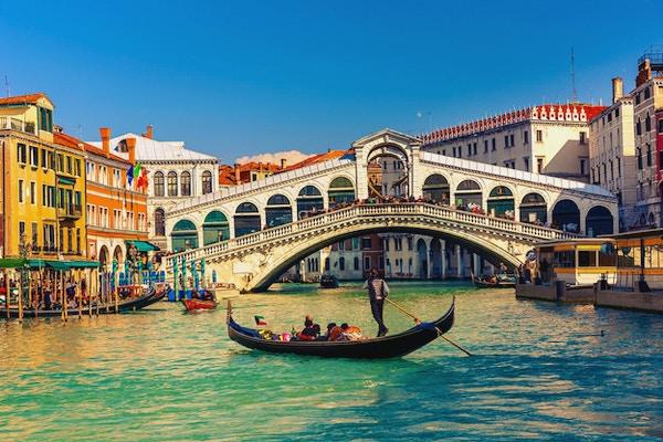 Gondol med passasjerer i Venezia.
