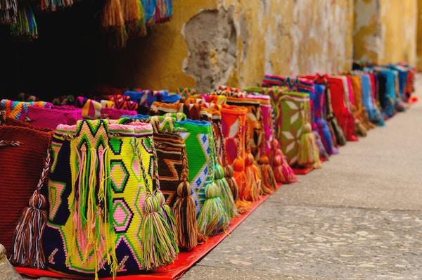 Gatebod med håndlagde suvenirer fra Cartagena, Colombia