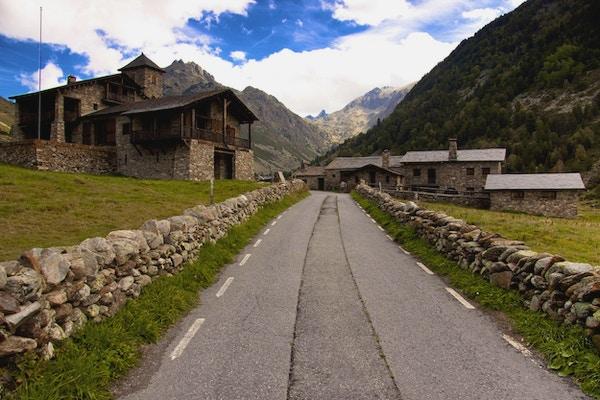 Liten steinete landsby i Pyreneene - Andorra. Sommerdag.