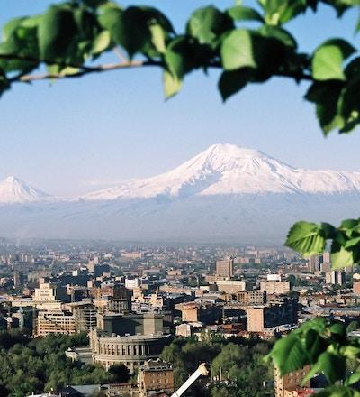 Fjellet Ararat og byen Yerevan.Armenia.