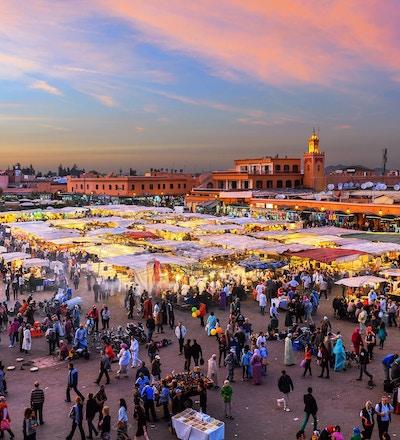Berømte Djemaa El Fna-torget i tidlig kveldslys, Marrakech, Marokko med Koutoubia-moskeen, Nord-Afrika.