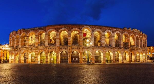 Gamle amfiteater arena di verona i italia som colosseum med nattlys og kveldsblå himmel