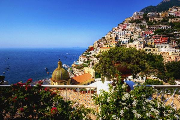 Vakker utsikt over kystlandsbyen