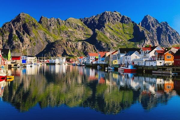 Oversiktsbilde over Henningsvær, pittoresk norsk fiskevær i Lofoten.