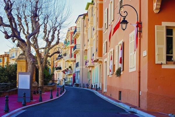 Gate i Monaco Village i Monte Carlo på dagtid