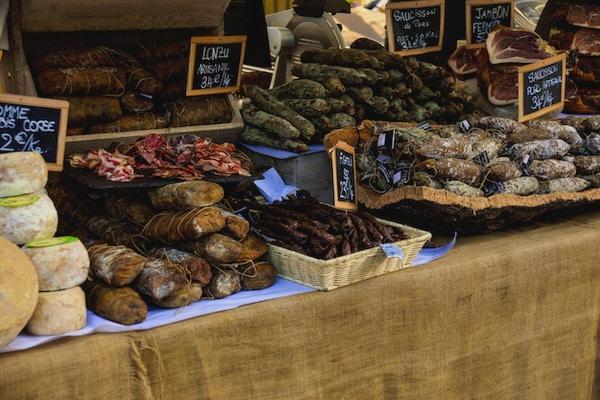 Ulike pølser som er til salgs i et fransk marked, i Ajaccio, Korsika, Frankrike