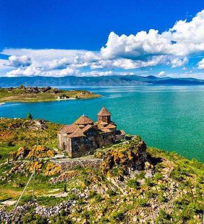 Flyfoto av Hayravank kloster ved bredden av Sevansjøen i Armenia