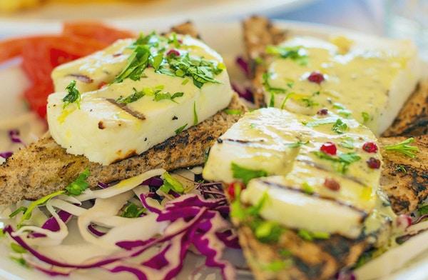 Stekt Halloumi-ost med stekt brød.