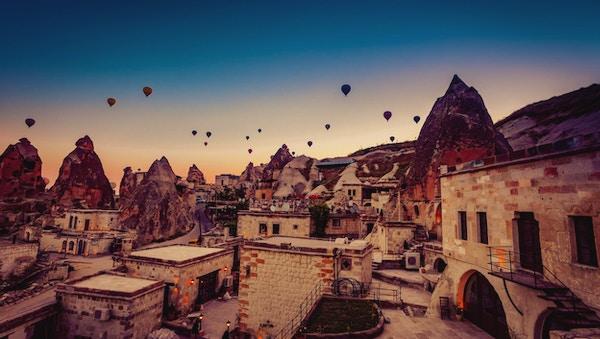 Luftballong som flyr over klippelandskap ved Cappadocia Turkey