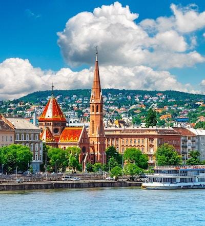 Utsikt til Fishermans Bastion slott og tårn i Budapest by. Ungarn