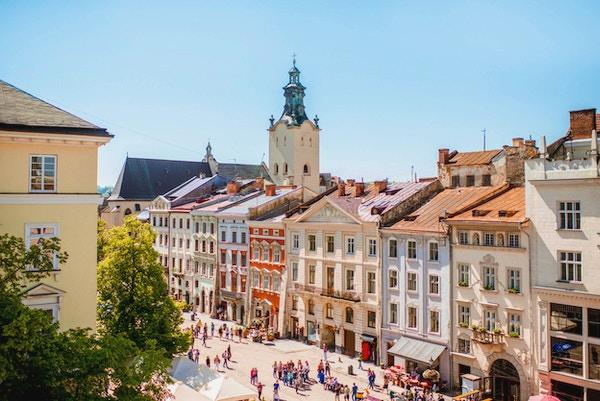 Bybildet utsikt over gamlebyen med vakre bygninger og tårnet i den latinske katedralen under det solfylte været i Lviv by i Ukraina