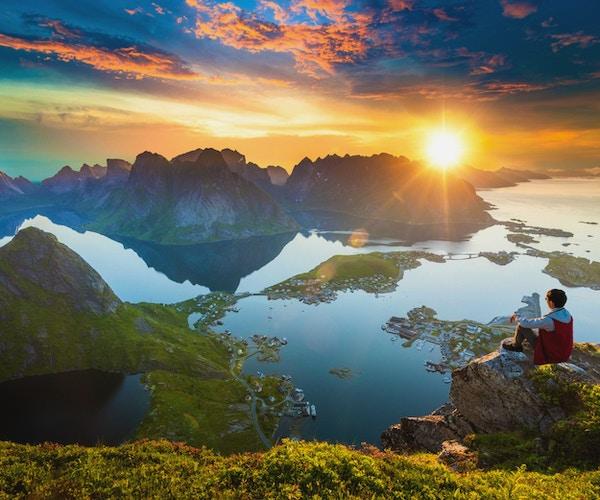 Besøkende kan glede deg over utsikten over Lofoten i Norge i solnedgangen.