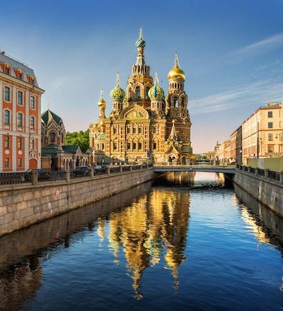 The Cathedral of Our Savior i St. Petersburg med refleksjon i elveoverflaten