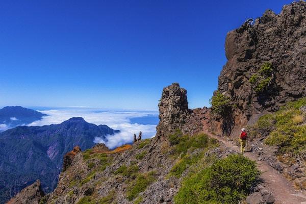 Kvinne som går på gangsti, fra Pico de la Nieve til Roque de los Muchachos, i nasjonalparken Caldera de Taburiente.