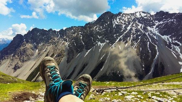Fottur i alpene. Utsikt mot fjell.