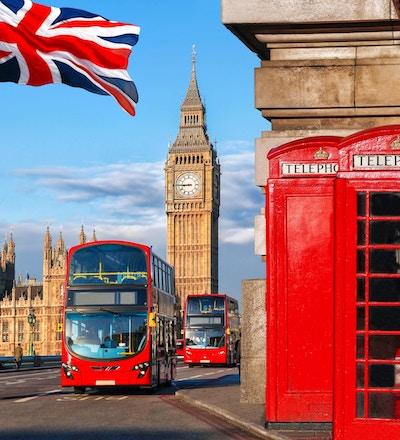 Londonsymboler med Big Ben, dobbeltdekkerbusser og røde telefonkiosker i England, Storbritannia