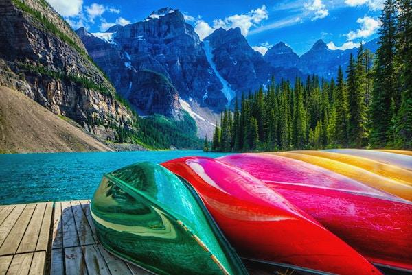 Fargerike kajakker på Moraine Lake, AB, Canada