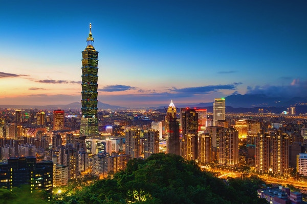 Utsikt over Taipei Skyline med Taipei 101 om natten.