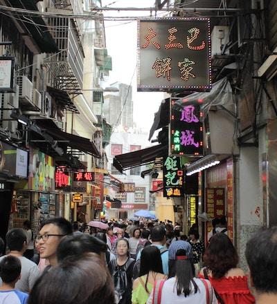 En travel fotgjengergate i Macau
