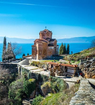 Fantastisk syn mot St. John-kirken på Kaneo, som ligger på toppen av en klippe i hjertet av Ohrid (Europas Jerusalem), republikken Makedonia.