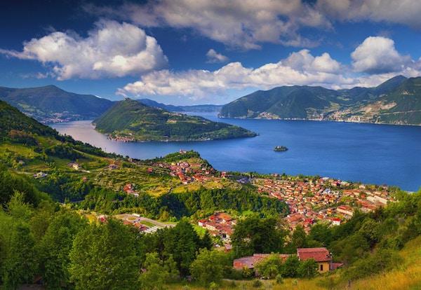 Vår solfylt morgen på byen Maroney. Italia, Alpene, Iseosjøen.