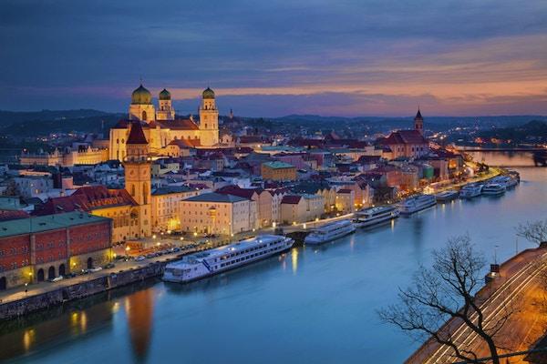 Skyline i Passau under blåtimen. Bayern, Tyskland.