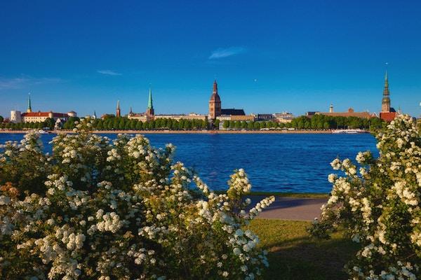 Vårutsikt over gamlebyen i Riga og Daugava-elven. Riga, Latvia.