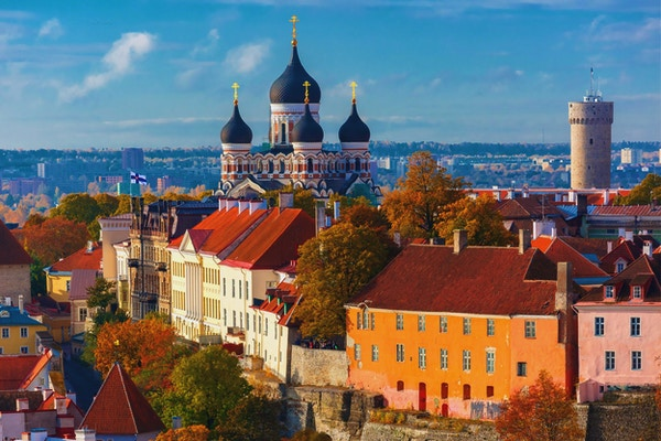 Toompea-bakken med tårnet Pikk Hermann og den russiske ortodokse Alexander Nevsky-katedralen, utsikt fra tårnet til St. Olaf kirke, Tallinn, Estland