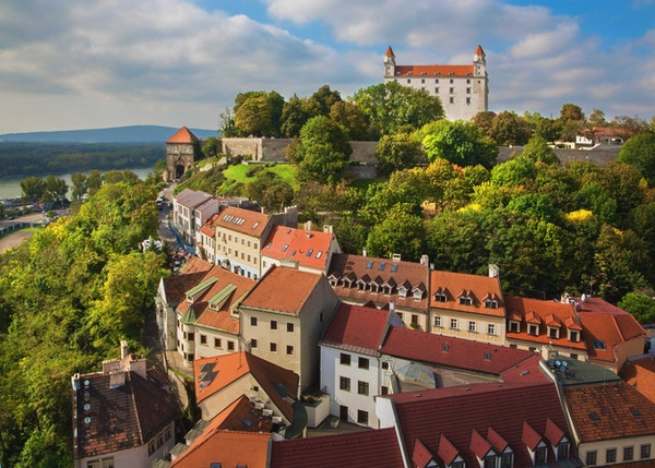 Bratislava - utsikt fra st. Martins katedral til slottet