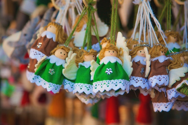 Rader av små engler som juletre dekorasjoner