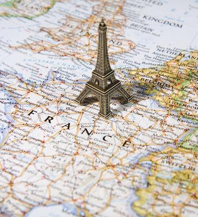 Eiffeltårn-brikke på et kart