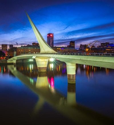 Kvinnebroen, designet av Santiago Calatrava, om natten i Puerto Madero, Buenos Aires, Argentina