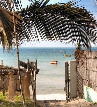 Porten til et pensjonat i Vilanculos i Mosambik som peker mot stranden og Det indiske hav.
