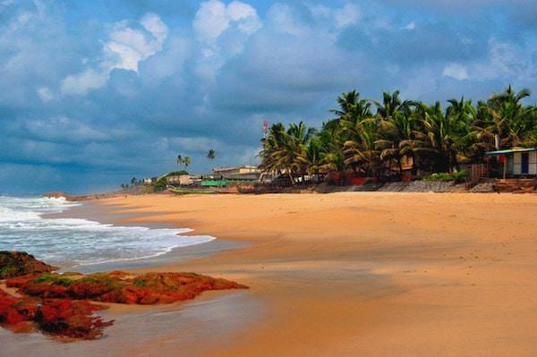Cape Coast, Ghana: tom strand ved Guineabukta - gyllen sand i den tidligere gullkysten.