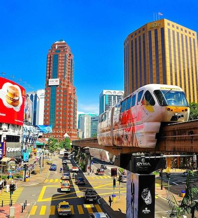 Monorail på Jalan Bukit Bintang og Jalan Sultan Ismail, Kuala Lumpur, Malaysia.
