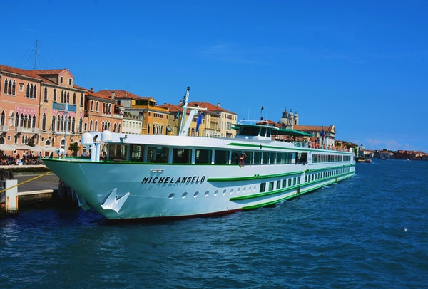 Elvecruisebåten MS Michelangelo ligger i solskinn i havnen på elven Po