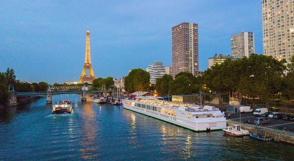 MS Renoir ligger til kai på Seinen med Eiffeltårnet i bakgrunnen