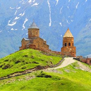 Fjellandskap og det kristne klosteret i Georgia.