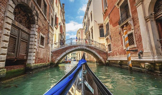 Venezia, Italia. Utsikt fra gondolbanen under turen gjennom kanalene.
